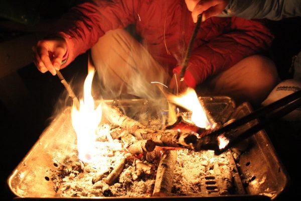 焚き火を囲む