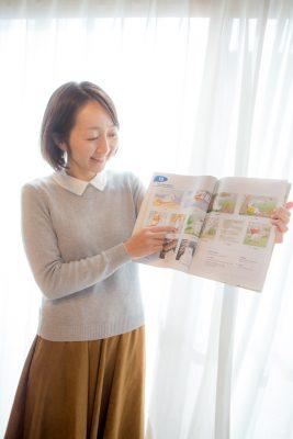 曽我美穂さん英語レッスン。テキストを指している