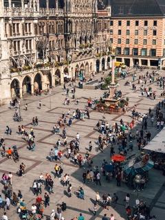 欧州の広場のイメージ。石畳の広場に人々が集っている