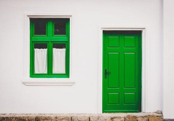 緑色の玄関ドアと窓