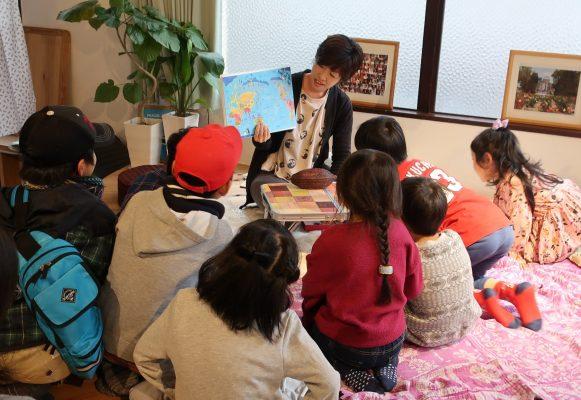 ワークショップ風景。子どもたちに囲まれる宮原桃子さん
