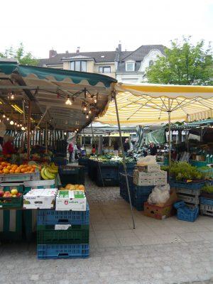 ドイツのマーケットの風景。パラソルの下に果物が並ぶ