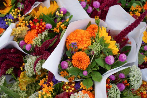 カラフルな花束の写真